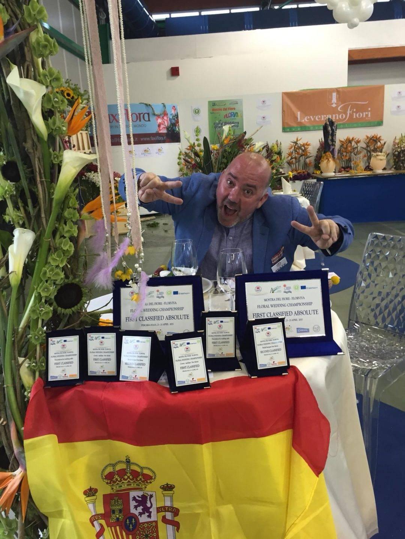 Juan Lluesma posa con sus premios del certamen internacional de Pescara (Italia)