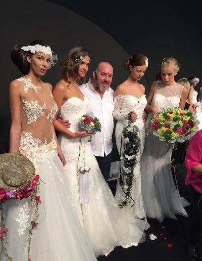 Juan Lluesma posa con las modelos del desfile de novias de la diseñadora Josefina Huerta en Feria Valencia