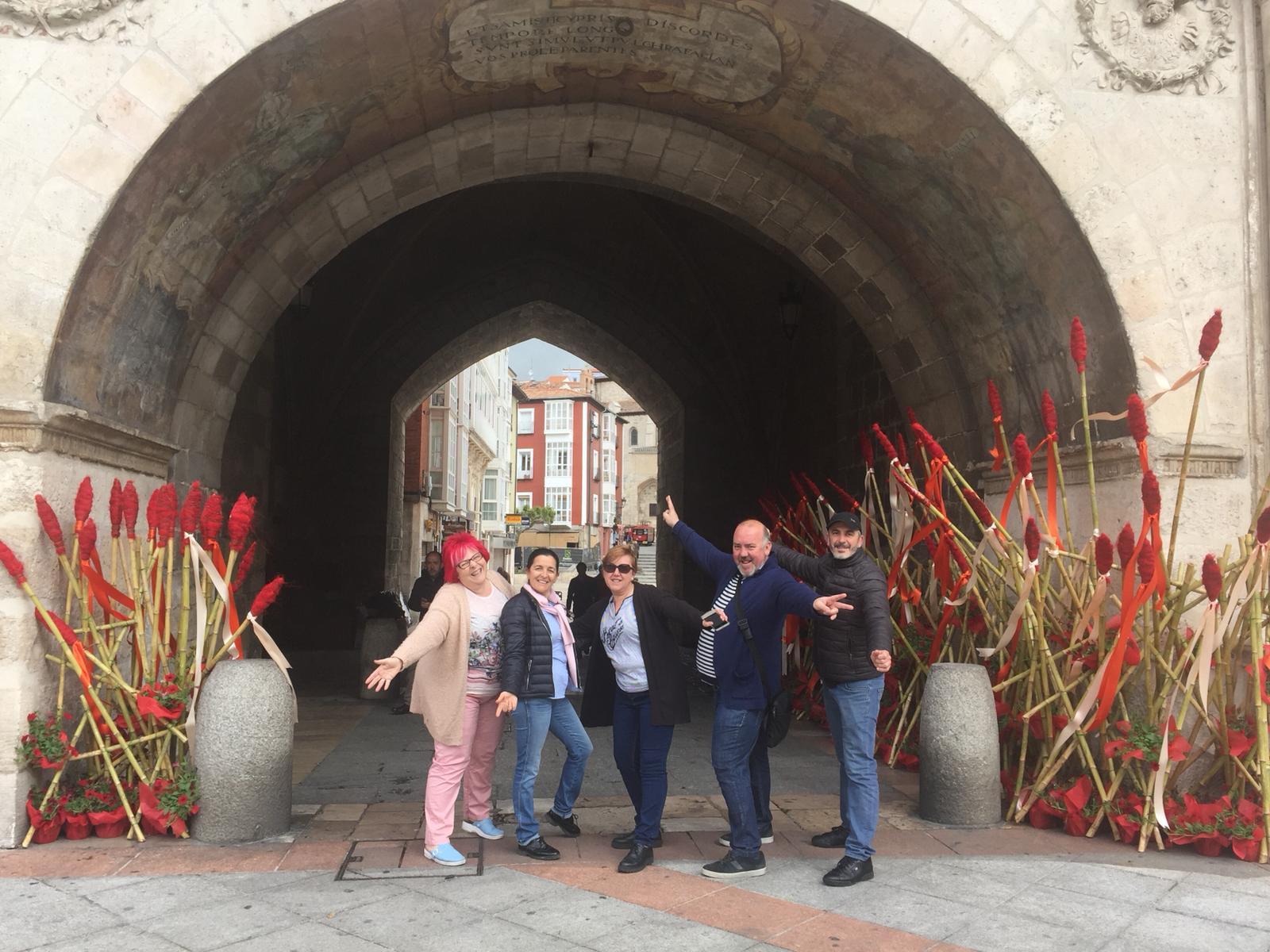 Juan Lluesma posa en Burgos junto a su homenaje floral al Cid Campeador